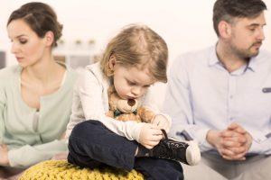 Kind zwischen entfremdeten Eltern, symbolhaftes Bild zu Familienrecht