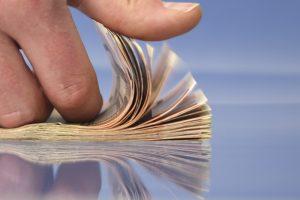 Hand beim Geld zählen, symbolhaftes Bild zu Inkasso und Forderungseinzug