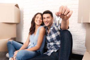 junges Paar mit Wohnungsschlüssel, symbolhaftes Bild zu Mietrecht