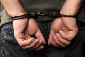 Hände in Handschellen, symbolhaftes Bild zu Strafrecht