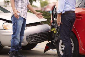Diskussion nach Unfall, symbolhaftes Bild zu Verkehrsrecht